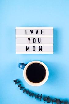 Muttertagslayout mit kaffee und eukalyptus.