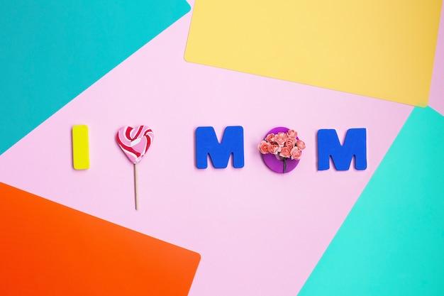 Muttertagsnachricht auf farbigem hintergrund. draufsicht