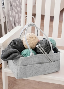 Muttertasche mit spielzeug, windeln und accessoires auf weiß
