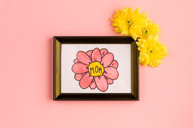 Muttertitel auf dem malen im fotorahmen mit den blütenknospen