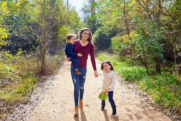 Muttertochter- und -sohnfamilie im park