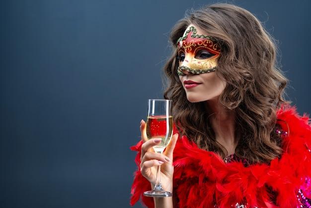 Mysteriöse frau, die venetianische karnevalsmaske trägt