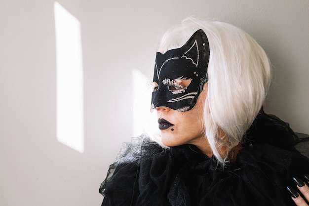 Mysteriöse frau in katzenmaske