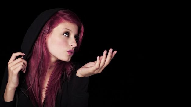 Mysteriöse junge frau, die einen kuss nachts sendet