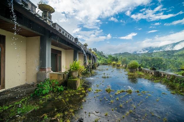 Mystische 10 jahre verlassenes verstecktes morsches hotel in bali