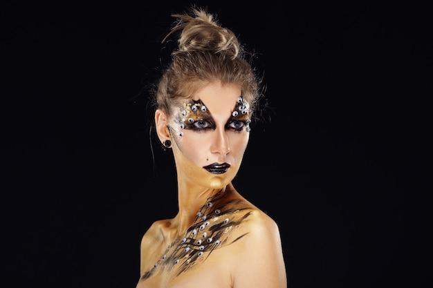 Mystischer held, goldenes mädchen. fantasie-make-up.