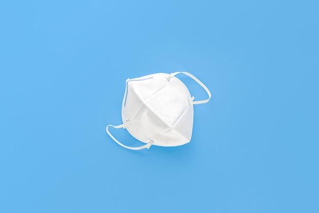 N95-maske zum schutz vor staub pm2.5 und virus auf hellblau isoliert