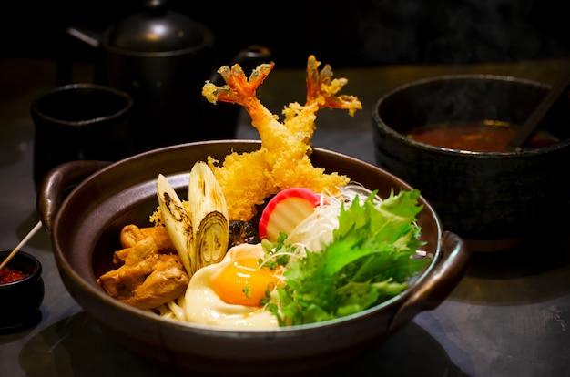Nabeyaki udon, japanische heiße topfnudel.