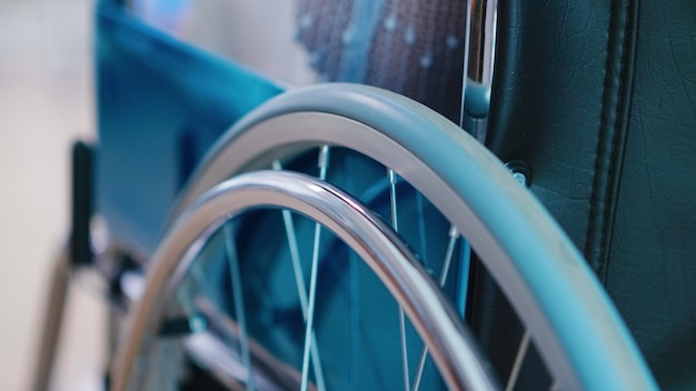 Nach aufnahme einer älteren frau im rollstuhl. gang durch den flur. behandlung von krankheiten mit behinderungen, behinderungen, behinderungen, und patientenlähmung