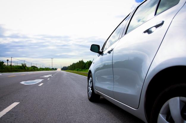 Nach dem regen rannten autos mit einer wasserlache auf der straße. bitte fahre vorsichtig.