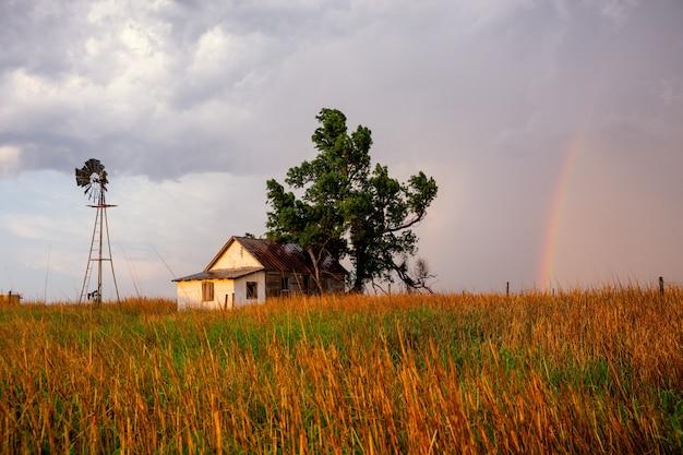 Nach dem sturm bringt ein bunter regenbogen