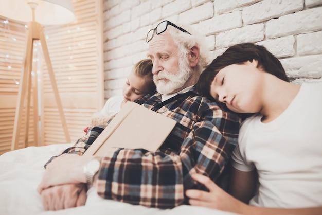 Nach dem zubettgehen schlafen opa und kinder ein.