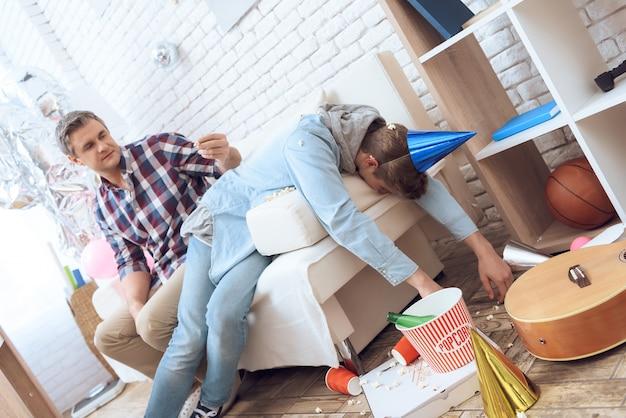 Nach der geburtstagsfeier bekümmert teenager kater