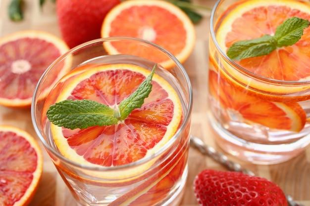 Nach hause gemachte cocktailnahaufnahme des roten orange durchschlags