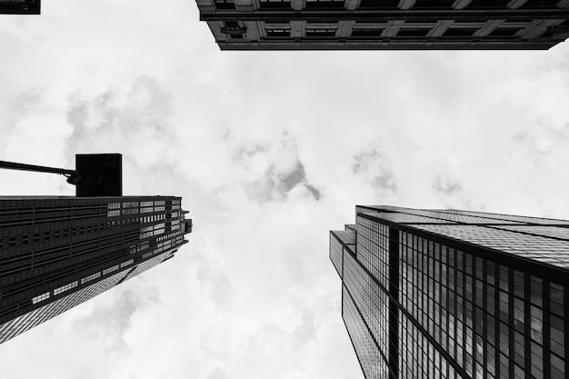 Nach hohen wolkenkratzern in einer städtischen stadt suchen