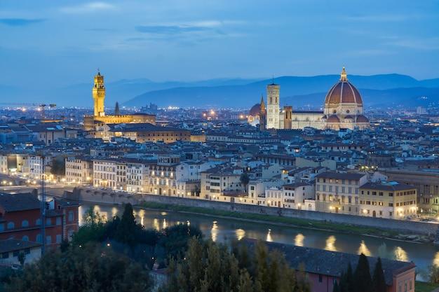 Nach sonnenuntergang blick auf die kathedrale santa maria del fiore. florenz, italien, panorama in der dämmerung