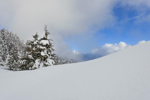 Nach starkem schneefall am himmel beginnt es sich zu beruhigen