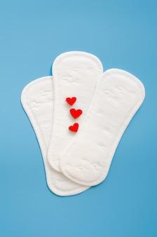 Nachahmung von blutungen. konzept der frauenhygiene während der menstruation.