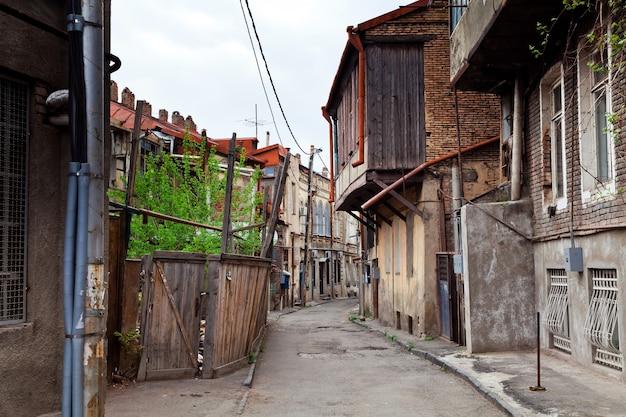 Nachbarschaft mit alten zerfallenden häusern in tiflis, georgien