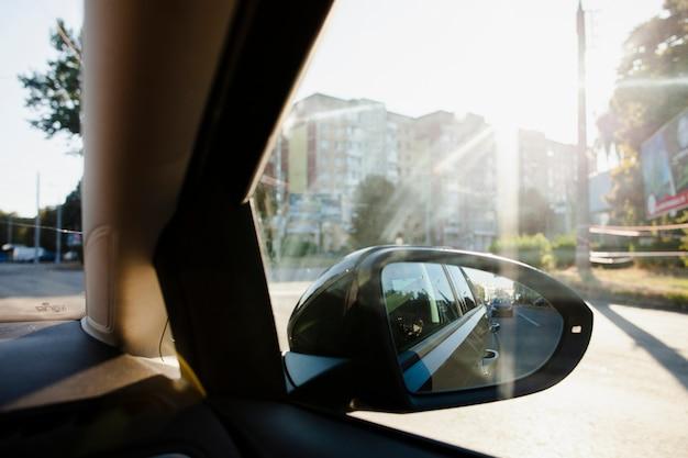 Nachbarschaftsansicht vom seitlichen fenster des autos
