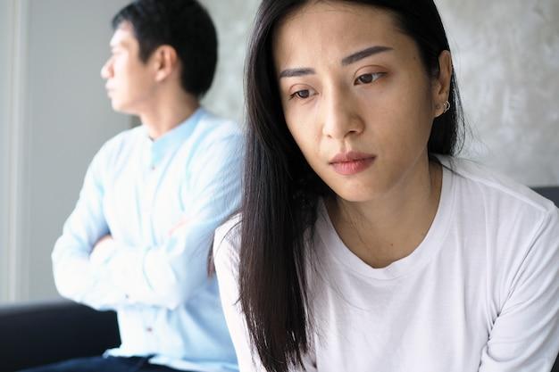 Nachdem sie sich in der familie gestritten hatten, waren der ehemann und die ehefrau unglücklich, wütend und sahen sich nicht an.