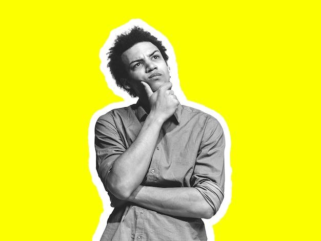 Nachdenklich. collage im zeitschriftenstil mit emotionalem mann in schwarz-weißer kontur auf hellem hintergrund mit exemplar. modernes design, kreative kunstwerke, stil und menschliches emotionskonzept.
