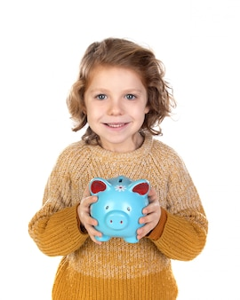 Nachdenklich lächelndes kind, das eine sparbüchse hält