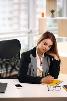 Nachdenkliche besorgte geschäftsfrau, die wegschaut, denkt, ein problem bei der arbeit löst