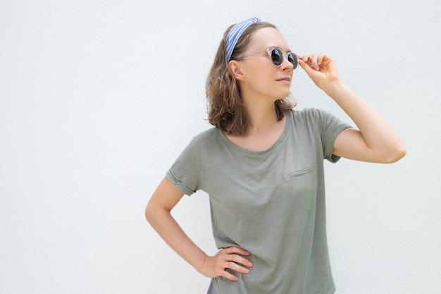 Nachdenkliche entspannte frau, die sommerkleidung trägt