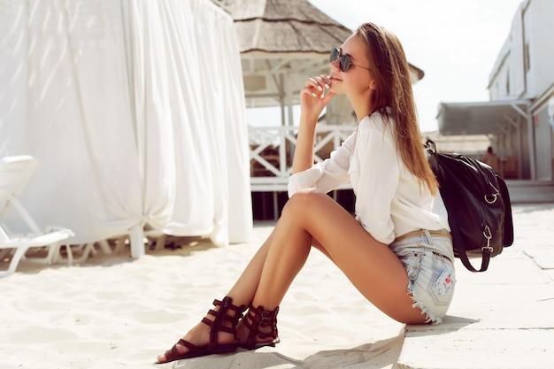 Nachdenkliche frau an einem strand tag sitzen