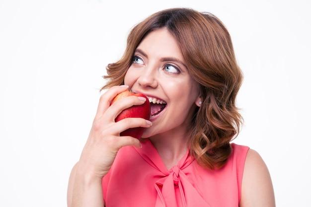 Nachdenkliche frau, die apfel isst