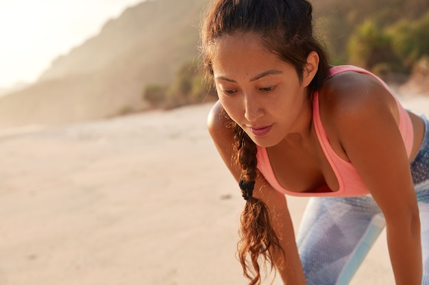 Nachdenkliche frau hat aktives fitnesstraining