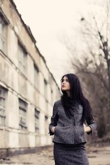 Nachdenkliche frau mit langen haaren in einem herbsttag
