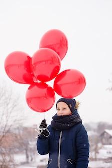Nachdenkliche frau mit luftballons