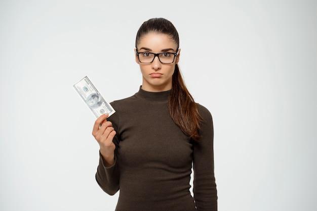 Nachdenkliche geschäftsfrau haben nur einen dollar