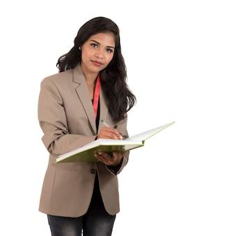 Nachdenkliche studentin, lehrerin oder geschäftsfrau, die bücher hält. auf weißem hintergrund isoliert
