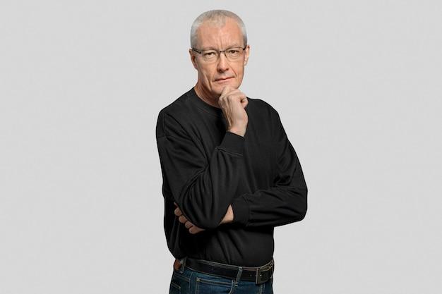 Nachdenklicher älterer mann in einem langärmeligen schwarzen t-shirt