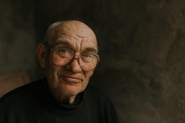 Nachdenklicher alter mann in brille mit grauem haar