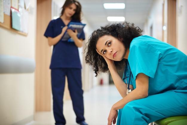 Nachdenklicher arzt auf krankenhausflur