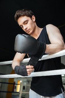 Nachdenklicher boxer mit handschuhen