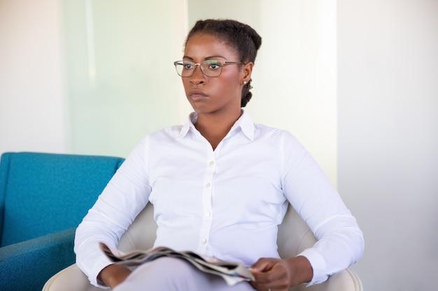 Nachdenklicher büroangestellter, der über nachrichten nachdenkt
