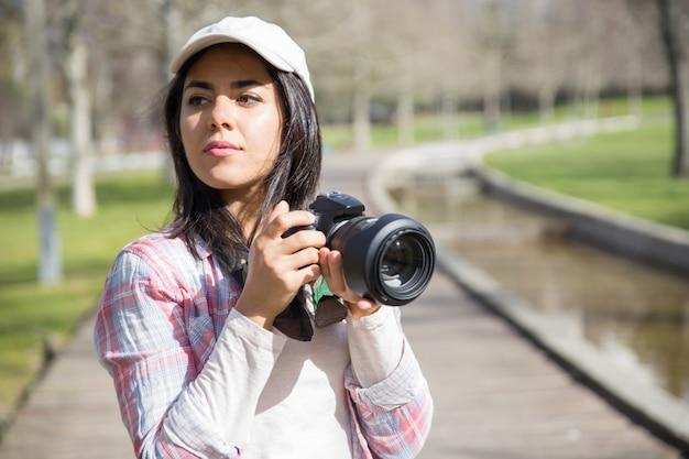 Nachdenklicher fokussierter fotograf, der grenzsteine schießt