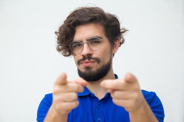 Nachdenklicher freundlicher attraktiver kerl mit brille
