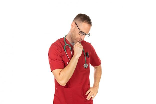 Nachdenklicher hübscher doktor mit gläsern