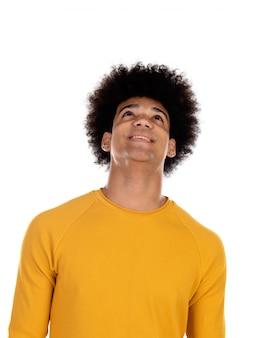 Nachdenklicher jugendlichjunge mit gelbem t-shirt