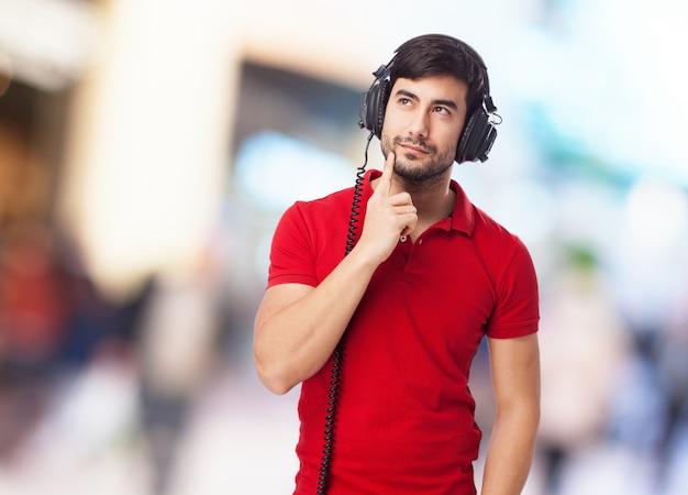 Nachdenklicher junge musik hören