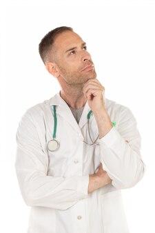 Nachdenklicher junger doktor, der ein weißes kleid trägt
