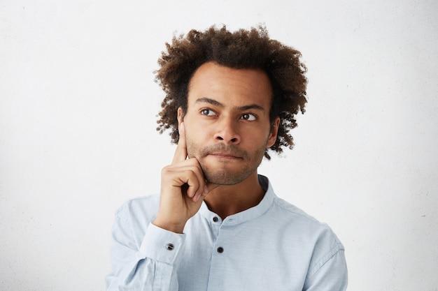 Nachdenklicher junger manager auf der suche nach lösung