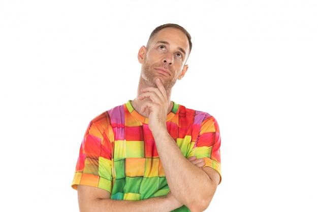 Nachdenklicher kerl mit farbigem t-shirt