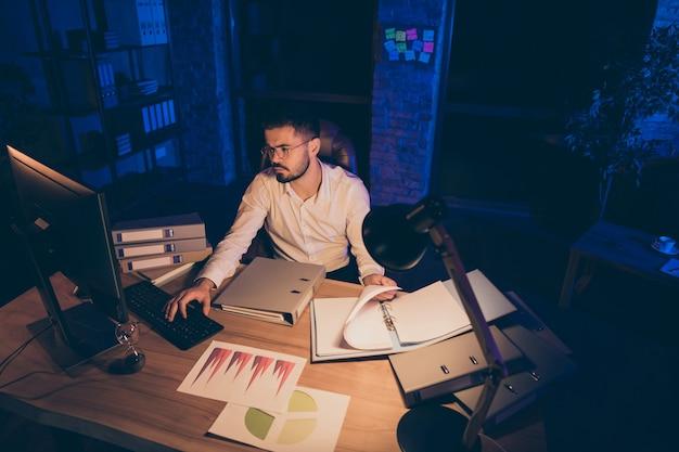 Nachdenklicher mann denkt beschäftigt arbeit